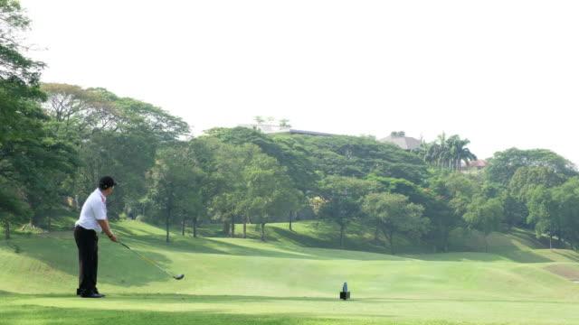年配の男性がゴルフを楽しんでください。 - ゴルフ選手点の映像素材/bロール