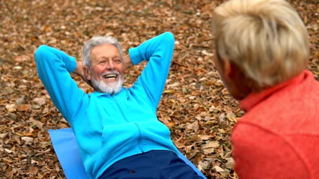 ältere menschen, die bewegung in der natur - anstrengung stock-videos und b-roll-filmmaterial