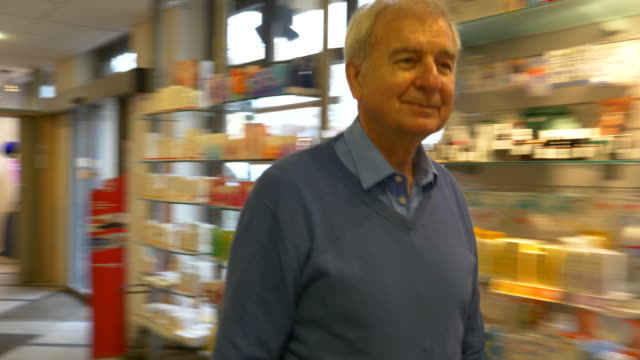 stockvideo's en b-roll-footage met senior man recept geven apotheker - prescription medicine