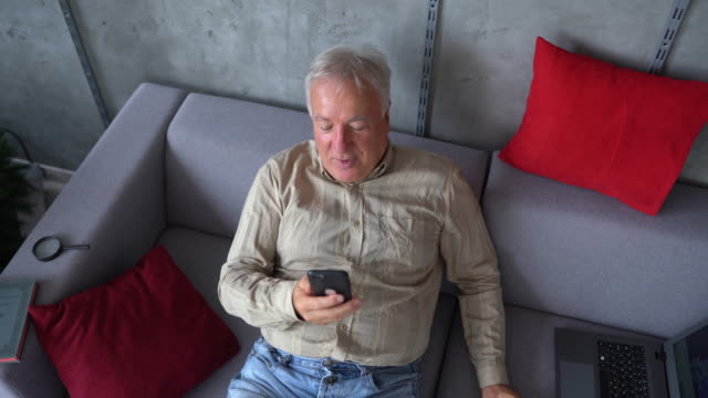 vídeos de stock, filmes e b-roll de idoso tendo chamada de vídeo com amigo - idoso na internet
