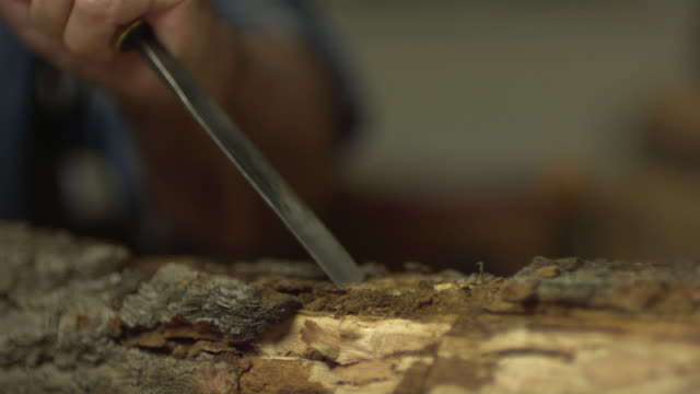 stockvideo's en b-roll-footage met cu senior man hitting wood chisel with wood mallet in workshop / morristown, new jersey, usa - alleen één seniore man