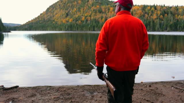 senior manhunter wandern und entspannen in der natur - gewehr stock-videos und b-roll-filmmaterial