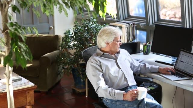 senior man in home office - 書斎点の映像素材/bロール