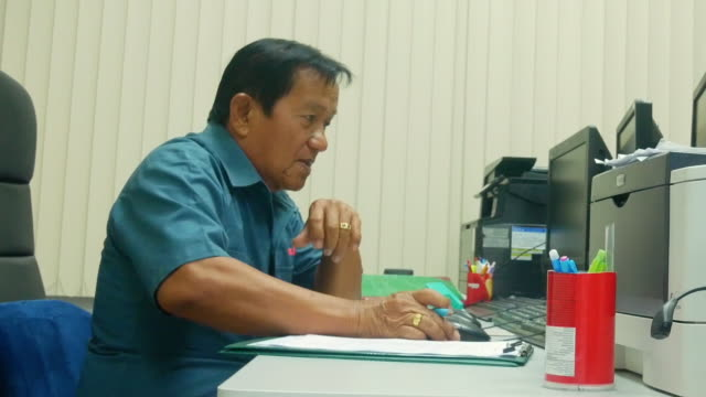 stockvideo's en b-roll-footage met senior man in office. - 70 79 jaar