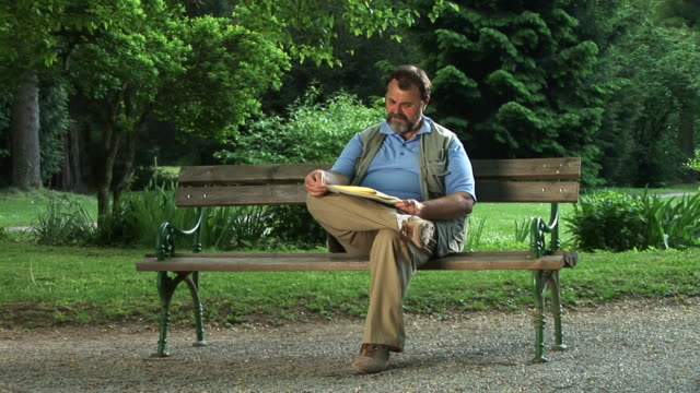 stockvideo's en b-roll-footage met hd: senior man in the park - alleen oudere mannen
