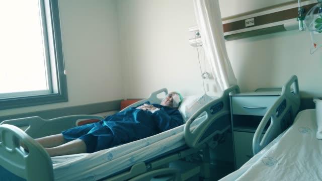 senior man infected coronavirus covid-19 quarantine at hospital - citochinesi video stock e b–roll
