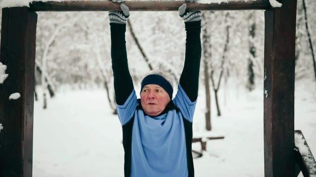 stockvideo's en b-roll-footage met senior man joggen in de sneeuw - oefeningen met lichaamsgewicht