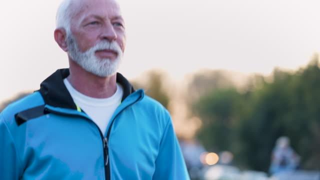 vidéos et rushes de senior homme jogging - 60 64 ans
