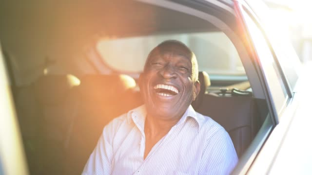 vídeos de stock e filmes b-roll de senior man laughing in the car - sorriso aberto