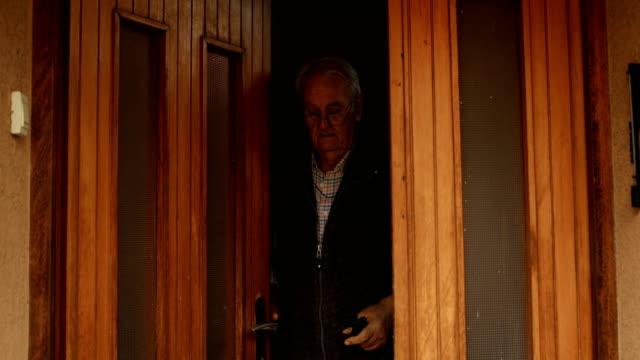 vídeos de stock e filmes b-roll de senior man leaves the house - expressão facial