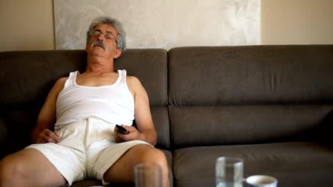 年配の男性がソファで昼寝 - sleeping点の映像素材/bロール