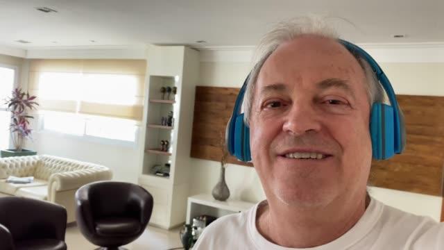 自宅でビデオ通話中のシニア男性 - 様式点の映像素材/bロール