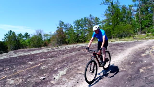 vídeos y material grabado en eventos de stock de senior hombre en bicicleta de montaña - colina