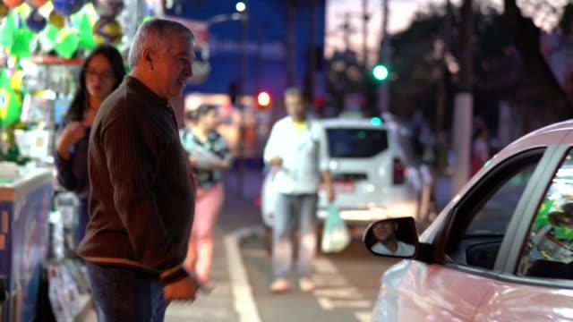 vídeos y material grabado en eventos de stock de senior hombre pedir un taxi - taxista