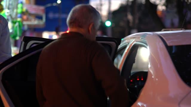 Senior homme commander un Taxi