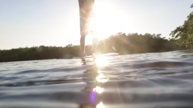 stockvideo's en b-roll-footage met ws la senior man paddle boarding on lake. - peddelen
