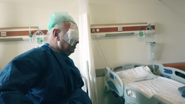 vídeos de stock e filmes b-roll de senior man patient had an eye lasik surgery - retina
