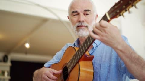 vídeos y material grabado en eventos de stock de hombre mayor tocando la guitarra acústica - pasatiempos