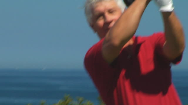 vídeos de stock, filmes e b-roll de cu, tu, senior man playing golf, portrait, north truro, massachusetts, usa - camisa pólo