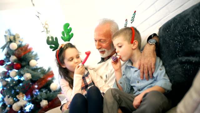 vídeos y material grabado en eventos de stock de senior hombre jugando con sus nietos. - en el regazo