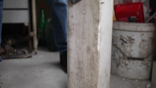 vídeos de stock, filmes e b-roll de último homem polir sua obra de arte na garagem - escultura