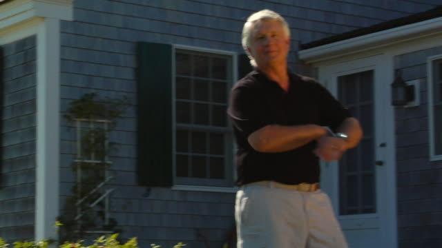 vidéos et rushes de cu, pan, senior man posing in front of cottage, portrait, north truro, massachusetts, usa - devant