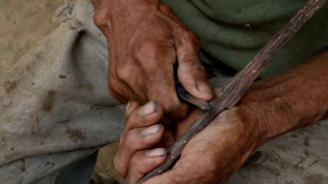 vídeos de stock, filmes e b-roll de senior man preparing an arrow, village of mapajo inhabited by the tribe of mosetenes, bolivia, amazon - só um homem idoso