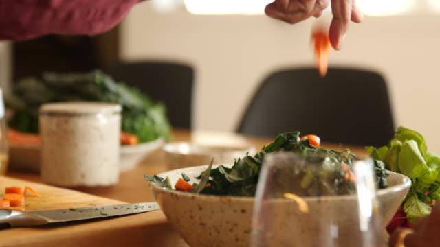 senior mann bereitet salat in der küche zu hause - schneidebrett stock-videos und b-roll-filmmaterial