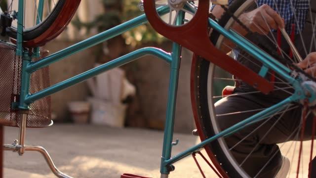 vidéos et rushes de vélos homme senior desservi - atelier d'artisan