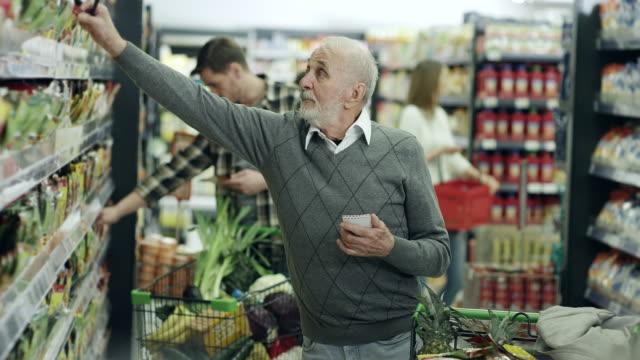 vídeos de stock e filmes b-roll de senior man shopping - discovery
