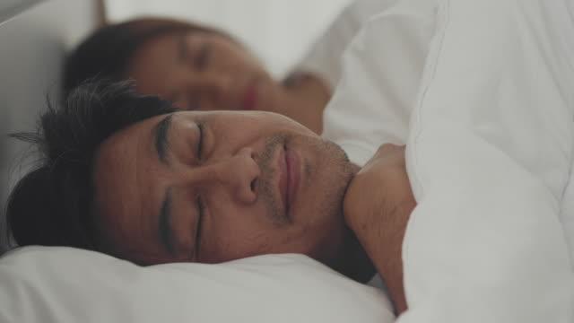 vídeos de stock, filmes e b-roll de homem idoso dormindo na cama - deitando