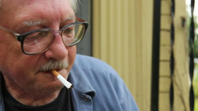 Hombre mayor para fumadores