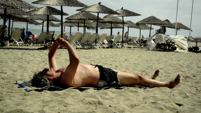 Alter Mann stretching.