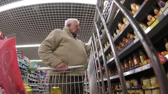 senior mann supermarkt einkaufen - blickwinkel aufnahme stock-videos und b-roll-filmmaterial