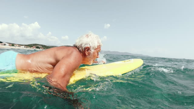 vídeos de stock e filmes b-roll de senior man surfing - desporto aquático