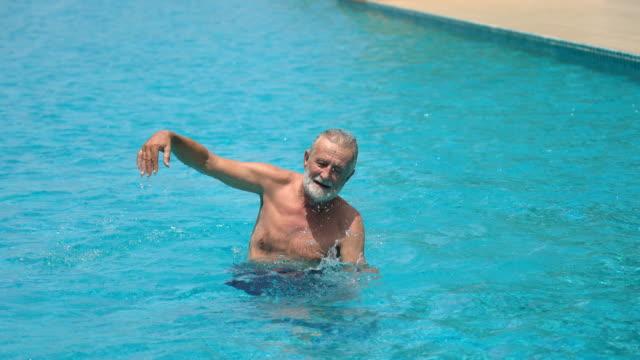 senior man simma i poolen - utebassäng bildbanksvideor och videomaterial från bakom kulisserna