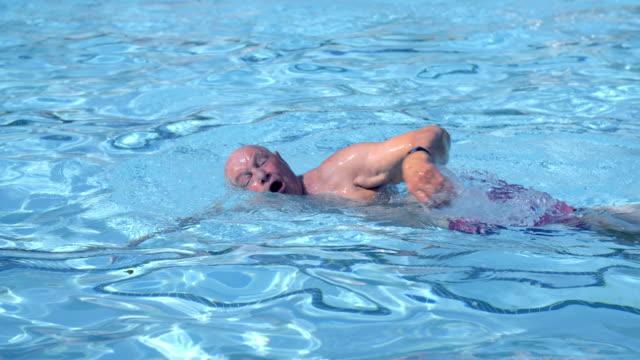 Senior Man zwemmen
