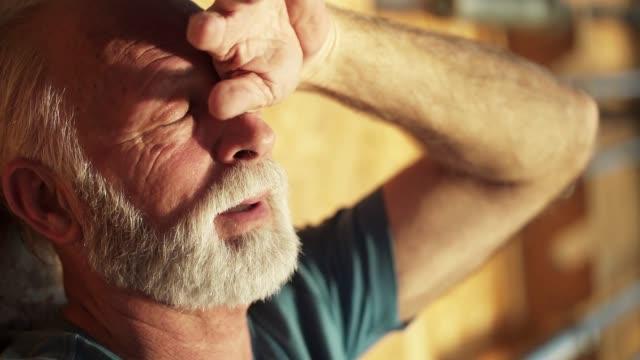 vidéos et rushes de l'homme aîné prend une respiration profonde - yeux fermés