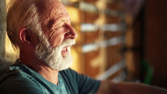 vidéos et rushes de l'homme aîné prend une profonde respiration - seulement des hommes