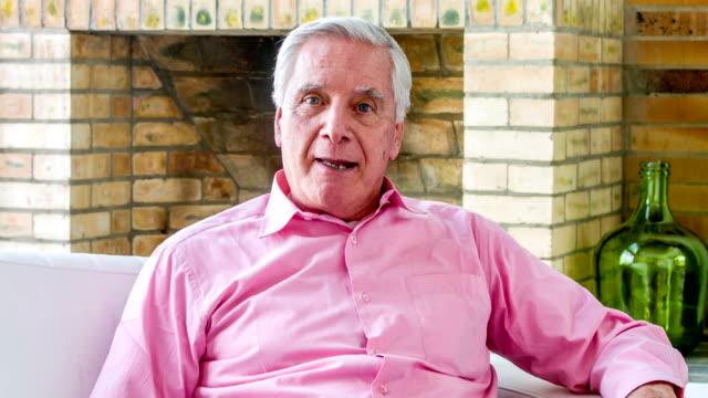 vídeos y material grabado en eventos de stock de senior man talking to the camera - hombres mayores