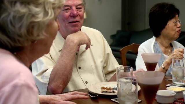 stockvideo's en b-roll-footage met senior man talks while dining with friends - 70 79 jaar