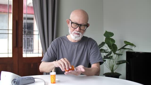vídeos de stock, filmes e b-roll de consulta de telemedicina de idoso com médico :conceito de telessaúde - portable information device