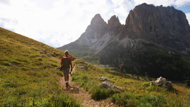 senior woman trail wandern in den dolomiten - weg stock-videos und b-roll-filmmaterial