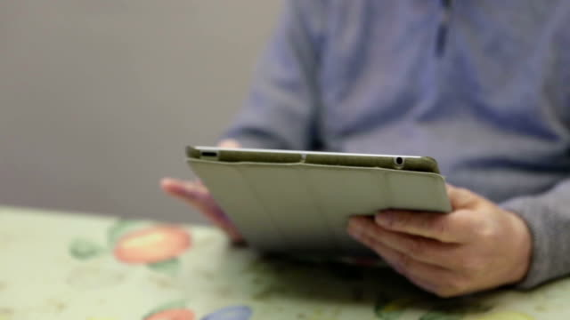 vídeos de stock e filmes b-roll de homem idoso usando um tablet digital - idoso na internet