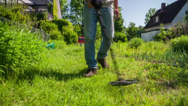 年配の男性が金属探知器を使用して - 宝探し点の映像素材/bロール