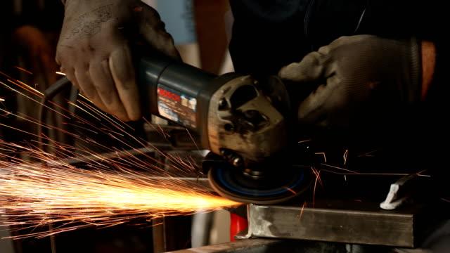 vídeos de stock, filmes e b-roll de idoso usando moedor elétrico em oficina - serra circular