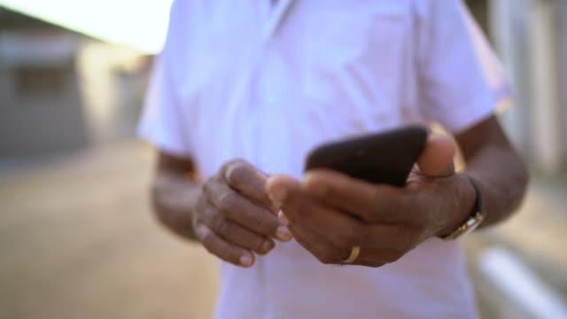 電話を使って路上で笑う先輩 - standing点の映像素材/bロール