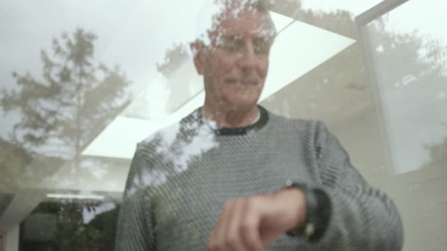 vídeos de stock e filmes b-roll de senior man using smartwatch - computador utilizável como acessório