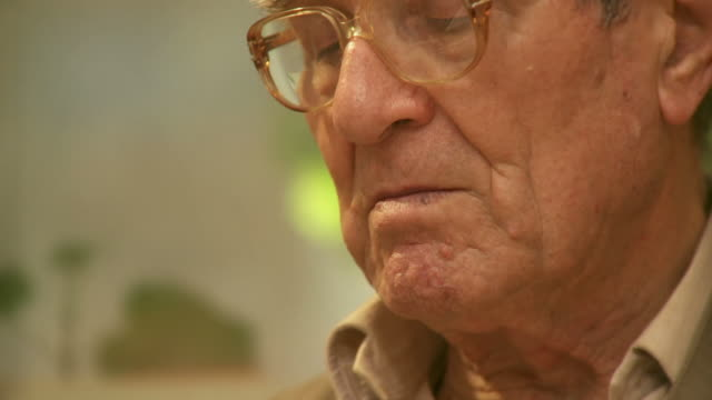 stockvideo's en b-roll-footage met hd: senior man - videoportret