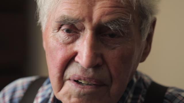 vídeos de stock, filmes e b-roll de senior man - cabelo branco